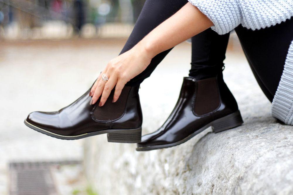 patent chelsea boots detail