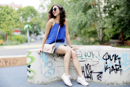 ripped denim skirt denim pencil skirt urban outfitters cobalt strappy top white reebok classics streetstyle outfit fashionblogger berlin