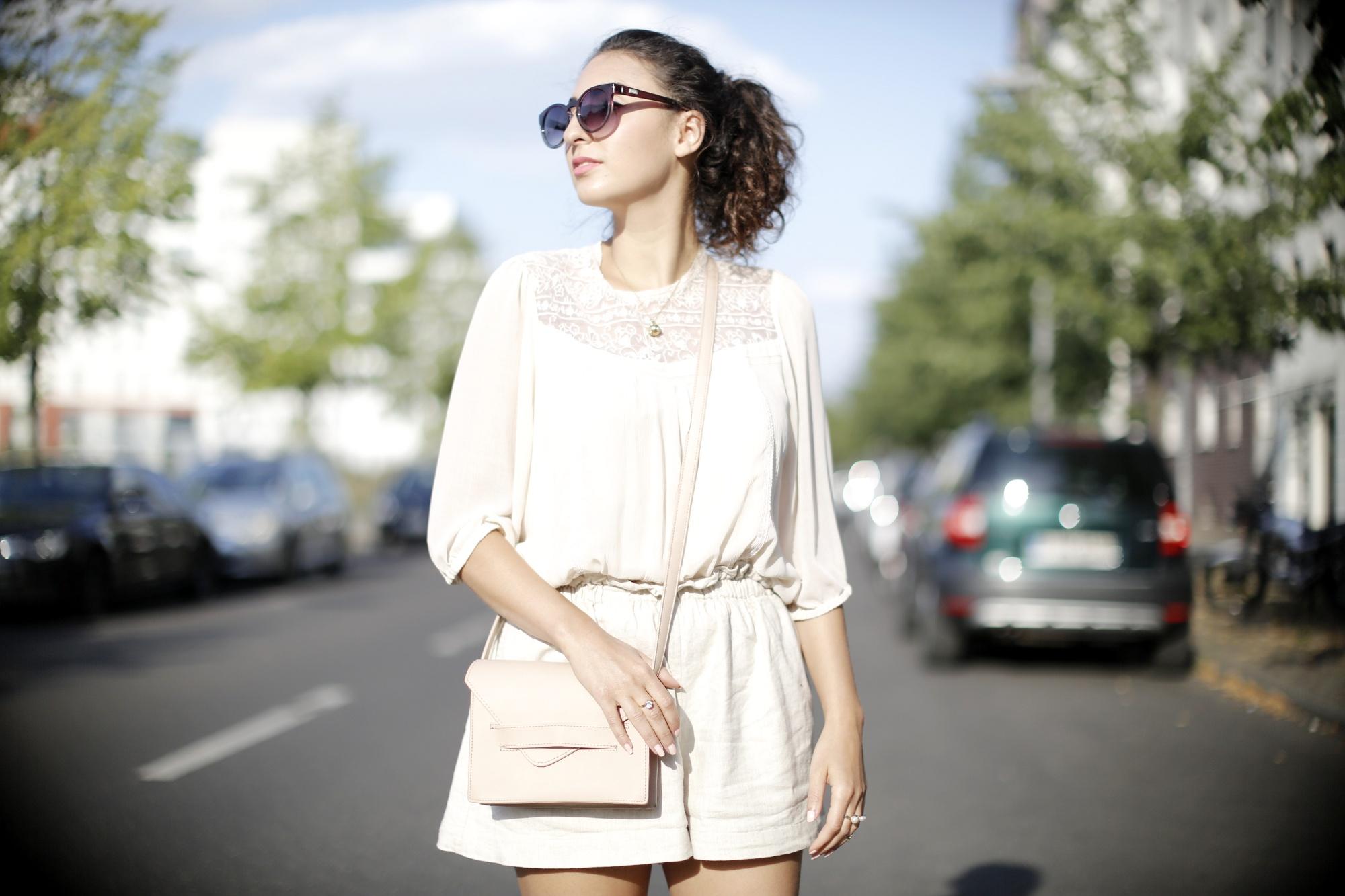 Golden Sliders goldene pantoletten leinen shorts linen shorts white lace blouse cream nude bag mules metallic