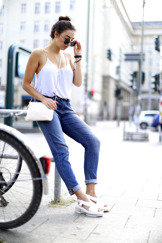 H&M Boyfriend Jeans Clarks Geta Sandals Round Sunglasses Strappy Top Fashionblogger Modeblog Berlin Samieze