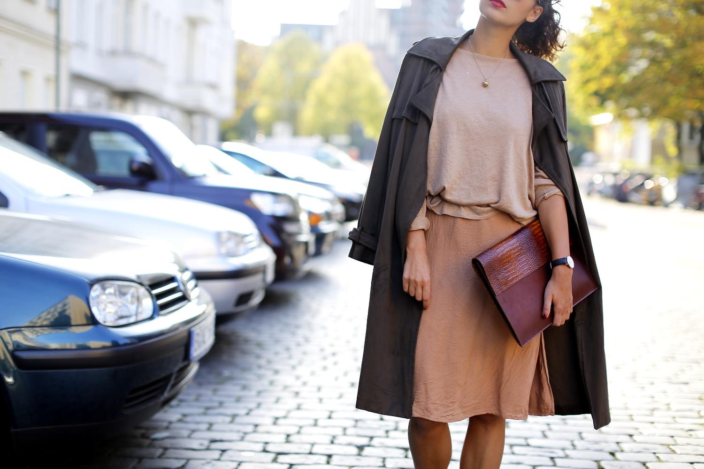 Zara Khaki Trench Coat Fashion Blog BloggerModeblog Berlin Deutschland army green coat suede coat beige sweater beige dress forever21 sand earth colors mango boots