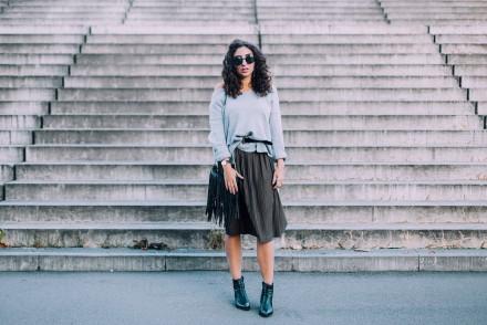 zara midi skirt khaki pleated skirt reserved oversize sweater layering deichmann booties stiefeletten spitz pointed boots samieze streetstyle berlin fashionblog modeblog berlin deutschland outfitpost look kombination