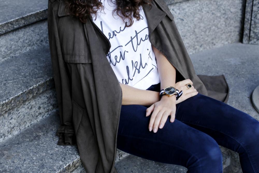 Motto Shirt Outfit RAD Motto T-Shirt Gaspard Sartre Clock Fashionblog Modeblog Samieze Zara Trenchcoat Khaki Coat Bordexu Booties Highheels Asos Ridley Jeans Pierre Cardin Bag Streetstyle Casual Office Look Samieze