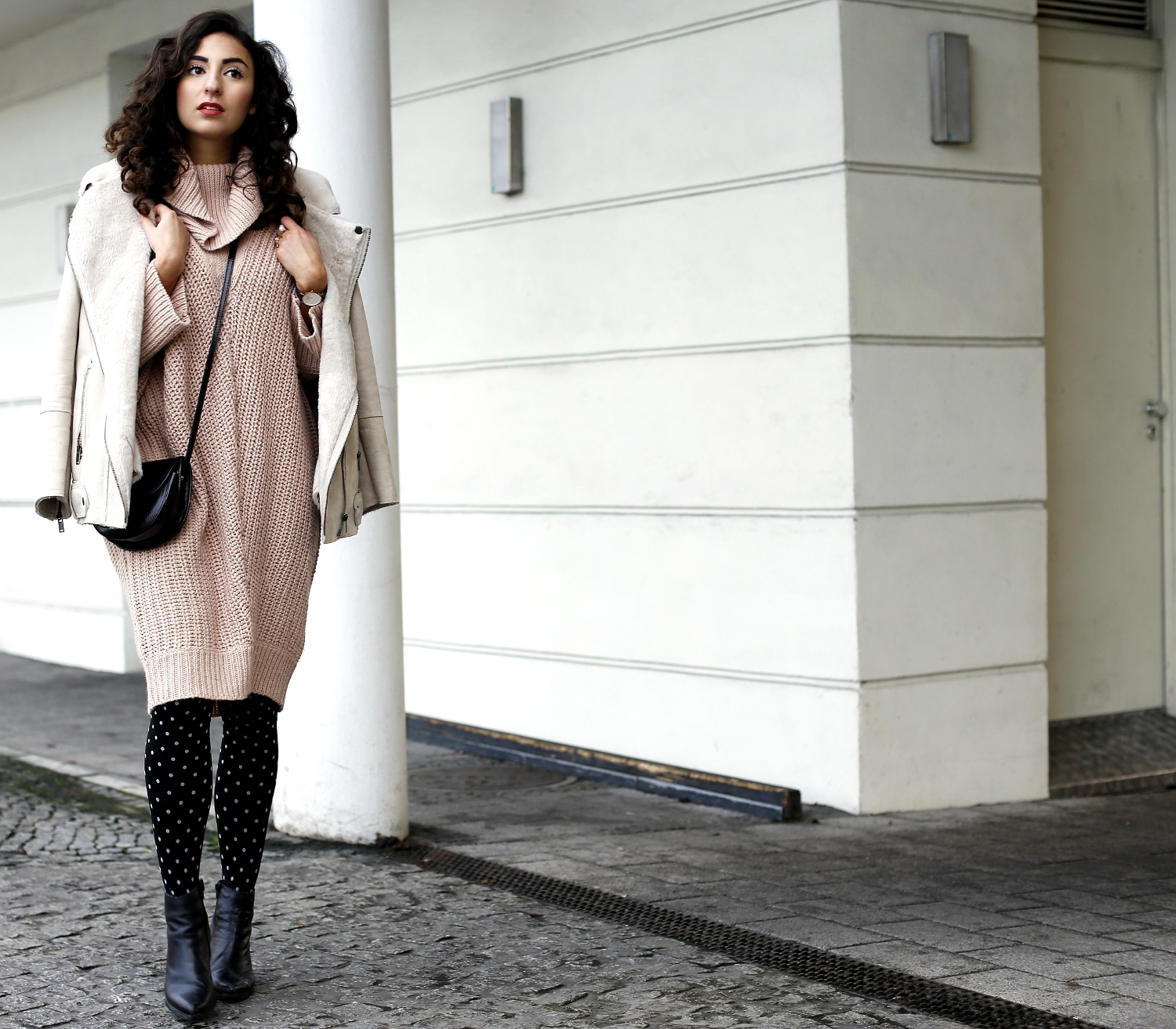 vero moda oversize knitted dress blush pink turtleneck dress dot tights pointed booties shearling jacket faux fur acne fake dupe samieze streetstyle fashionblog berlin girly winter look ootd inspiration
