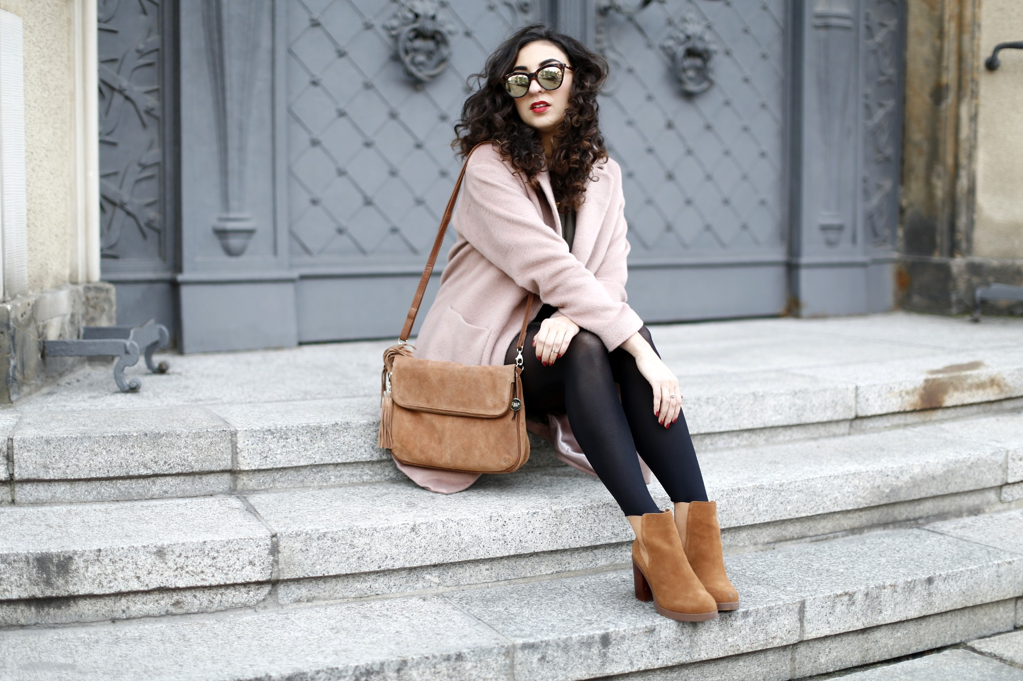 khaki dress oasis fashion pink coat brown suede boots camel bag streetstyle winter look herbst outfit fashionblogger modeblog berlin samieze