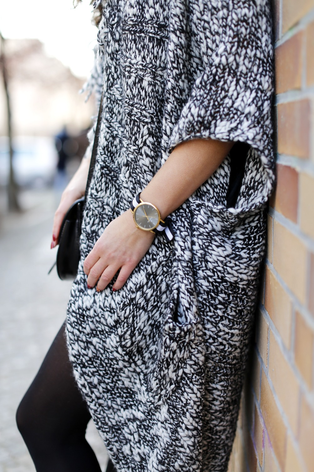 esprit long cardigan outfit black and white look black leather skirt streetstyle berlin look motto shirt hoch details