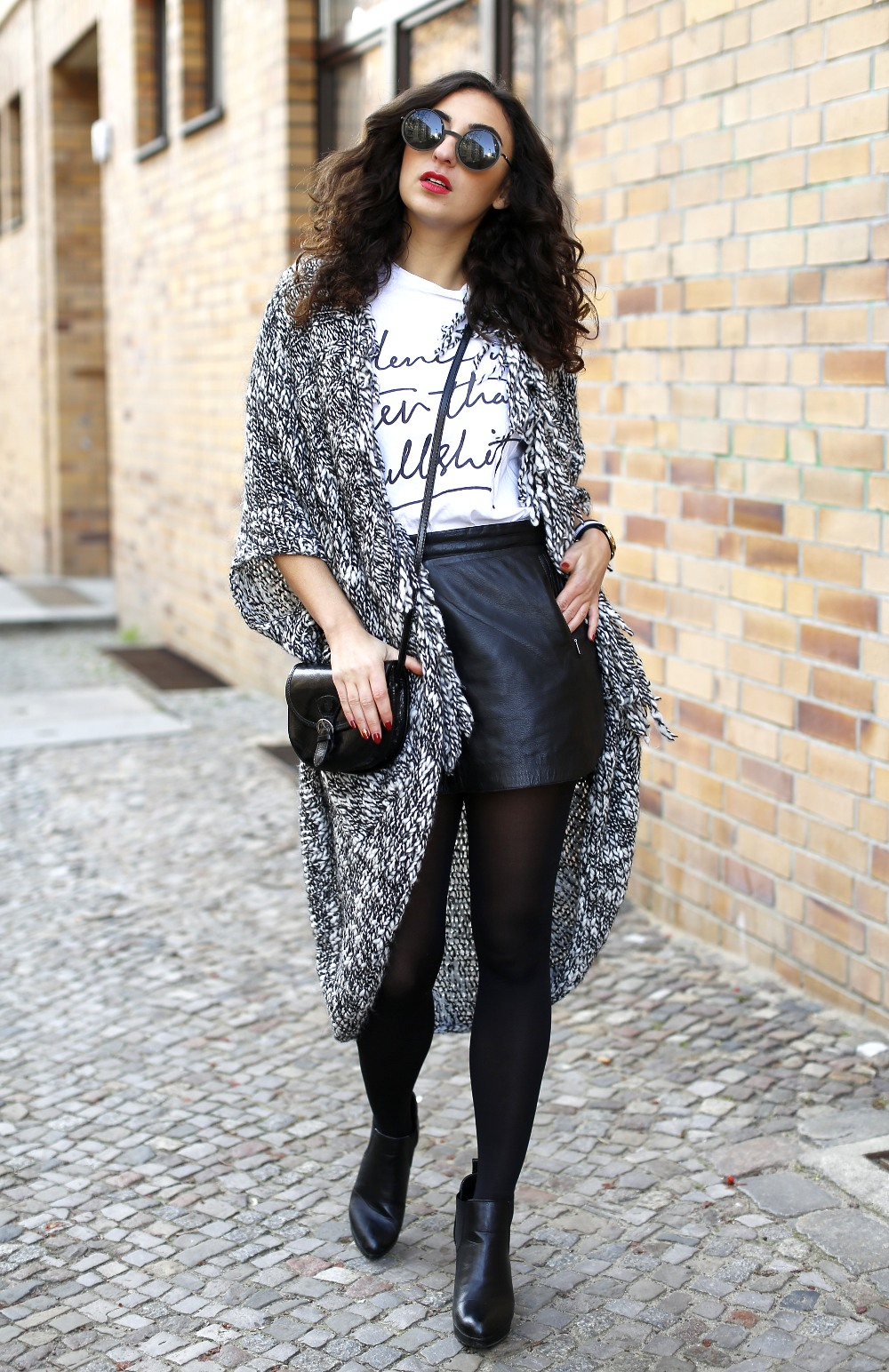 esprit long cardigan outfit black and white look black leather skirt streetstyle berlin look motto shirt blogger samieze fashionblogger lookbook RED instagram outfit