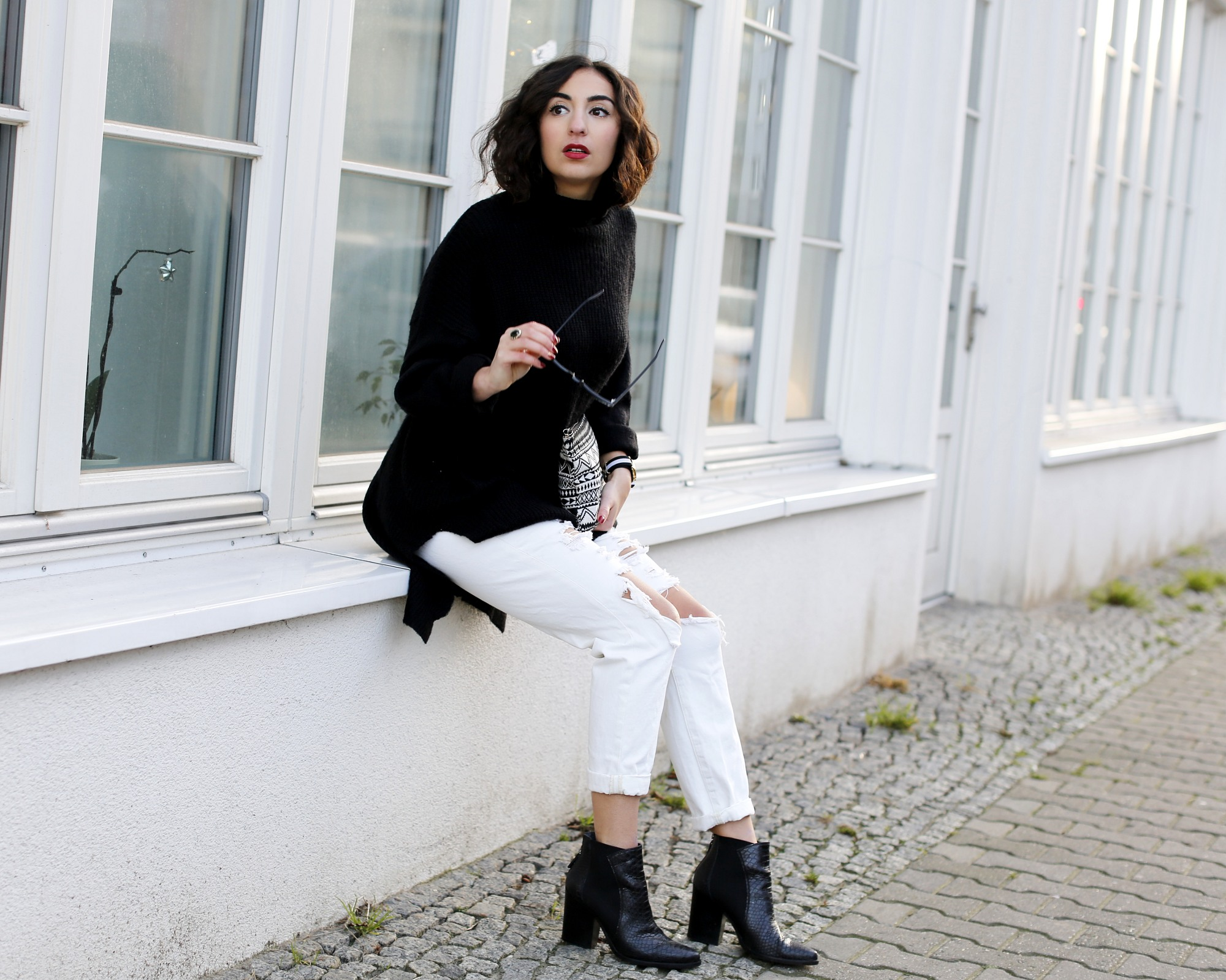 Ripped Boyfriend Jeans details quer ripped boyfriend jeans white loose jeans black oversize turtleneck sweater winter streetstyle outfit blog samieze winter outfit modeblog streetstyle