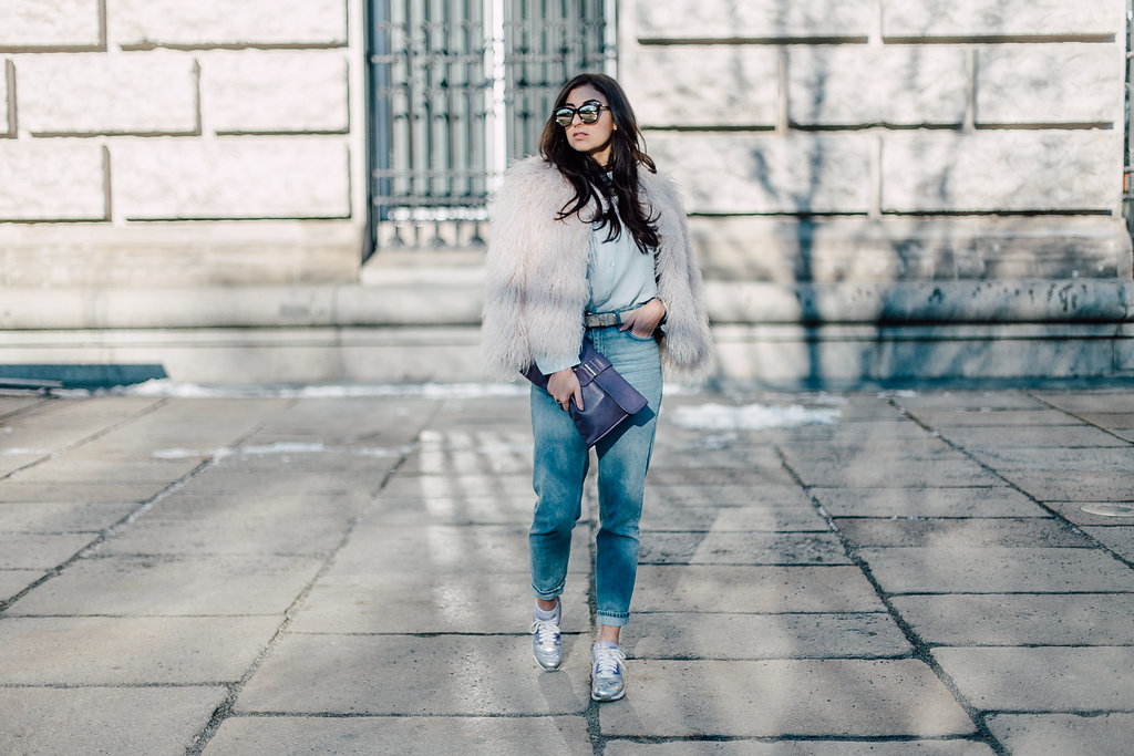 Nike Air Max 90 Silver Lilac Purple Sneakers Streetstyle Look Outfit Fashion Week Berlin Winter Samiete Modeblog lässiges outfit casual look Zara Fake Fur Jacket and Mom Jeans Topshop Asos