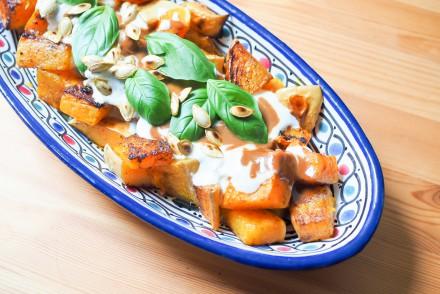 Grilled Pumpkin Bits Pomegranate Sauce Garlic Yoghurt Sauce Granatapfel Tahin Gegrillter Kürbis rezept vegan vegetarisch lunch dinner rezept foodblog samieze ofengemüse tahindip