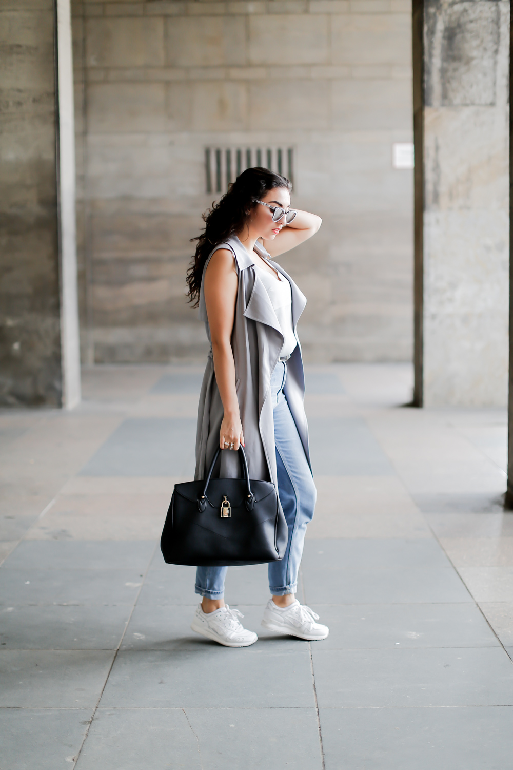 Sleeveless Duster Coat Oasis Mom Jeans Quay Marble Sunglasses Topshop Outfit Weste Inpiration ärmellos trenchcoat samieze blogger how to style