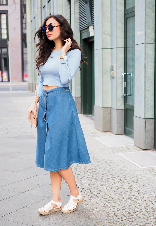 Denim Midi Skirt Bershka Streetstyle Crop Top Berlin Casual Blogger Outfit Sommer Summer Samieze Modeblog Jeans Rock Lang Bauchfrei Nude H&M Espadrilles-9