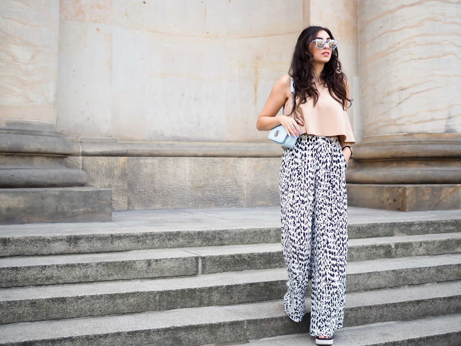 Berlin Fashion Week Outfit Printed Palazzo Pants Parallel Lines Croptop Nude Shirt wide marlene hose marc b bag quay marble sunglasses girl streetstyle modeblog berlin samieze