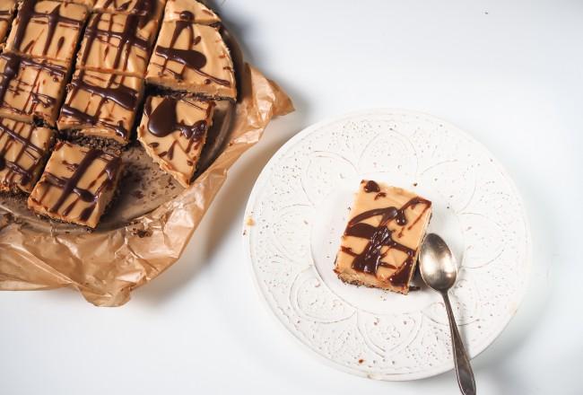 nobake vegan raw peanut butter coconut bars with crunchy cornflakes ground chocolate erdnussbutter kokossahne roher kuchen vegetarisch rezep recipe snickers cake