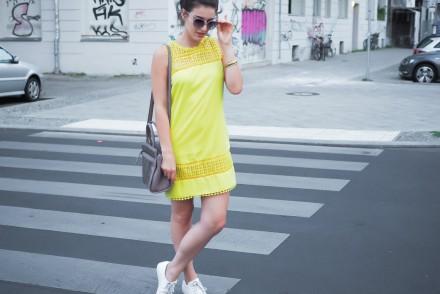 yellow shift dress lace oasis etui kleid sneakers tamaris trapz bag tasche grau streetstyle dutt high bun girl berlin fashionblogger blogger modebloggerin sommerlook summerdress