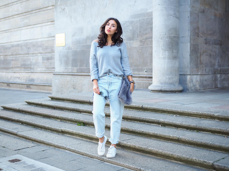 pull&bear mom jeans light blue highwaist jeans oversize sweater casual outfit hipster fur clucth felltasche sneakers adidas superstars fashion deutschland summerlook fall fashionblogger samieze berlin mode blog-9