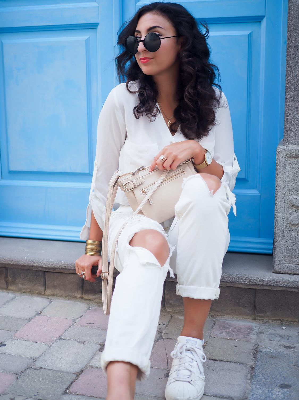 wpid-all-white-look-with-white-boyfriend-jeans-justfab-adidas-super-stars-look-outfit-girl-mädchen-frauen-style-alles-weiß-urlaubslook-holiday-attire-german-fashionblog-streetstyle-blog-berlin-samieze-deutschland-12.jpg.jpeg