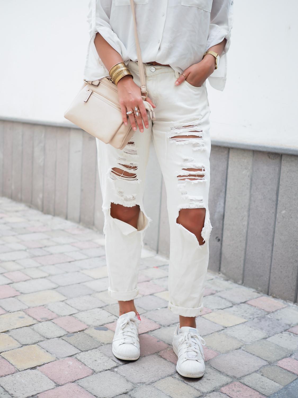 wpid-all-white-look-with-white-boyfriend-jeans-justfab-adidas-super-stars-look-outfit-girl-mädchen-frauen-style-alles-weiß-urlaubslook-holiday-attire-german-fashionblog-streetstyle-blog-berlin-samieze-deutschland-14.jpg.jpeg