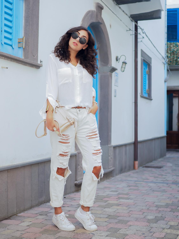 all white look with white boyfriend jeans justfab adidas super stars look outfit girl mädchen frauen style alles weiß urlaubslook holiday attire german fashionblog streetstyle blog berlin samieze deutschland-3