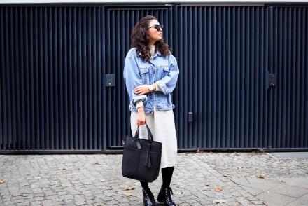 Monki Knitted Midi Dress oversize sweater beige strickkleid jeansjacke winter outfit uterque pattern tights boots streetstyle samieze fashionblogger modeblog berlin
