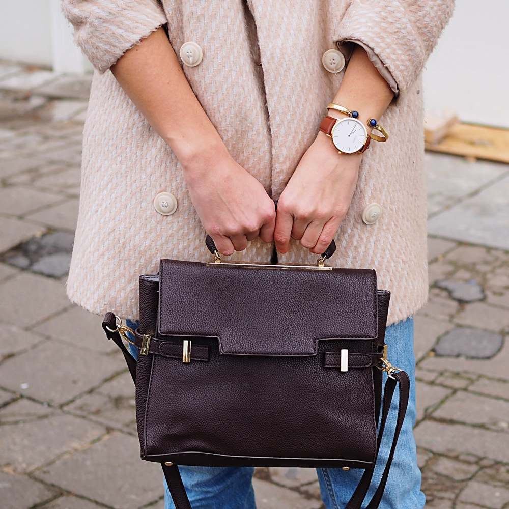 winter look blush brown neutrals streetstyle berlin samieze blog boyfriend jeans suede boots ray ban erika sunglasses asos coat oversize turtleneck sweater knitted h&m peperosa style trend how to wear