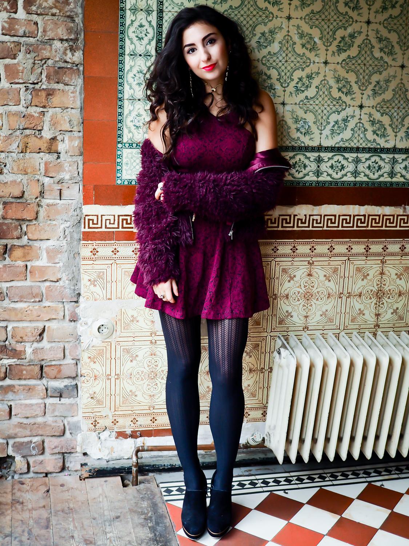 Preppy Christmas Outfit - Burgundy Skater Dress & Fauxfur Jacket weihnachtslook weihnachtsoutfit samieze berlin fashionblog justfab kleid kunstfelljacke blogger inspiration