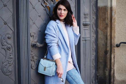 pastels in winter streetstyle berlin samieze blog acid wash jeans skinny oversize coat lilac pale pink baby blue light colors pastel outfit style silver watch gaspard sartre gerry weber turtle neck knitted sweater adidas sneakers superstar