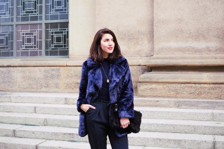 shades of blue fashion week berlin streetstyle winter fw mbfw look blogger samieze faux fur asos oasis suit pants addax pointed black boots turtleneck shirt sif jakobs gold necklace