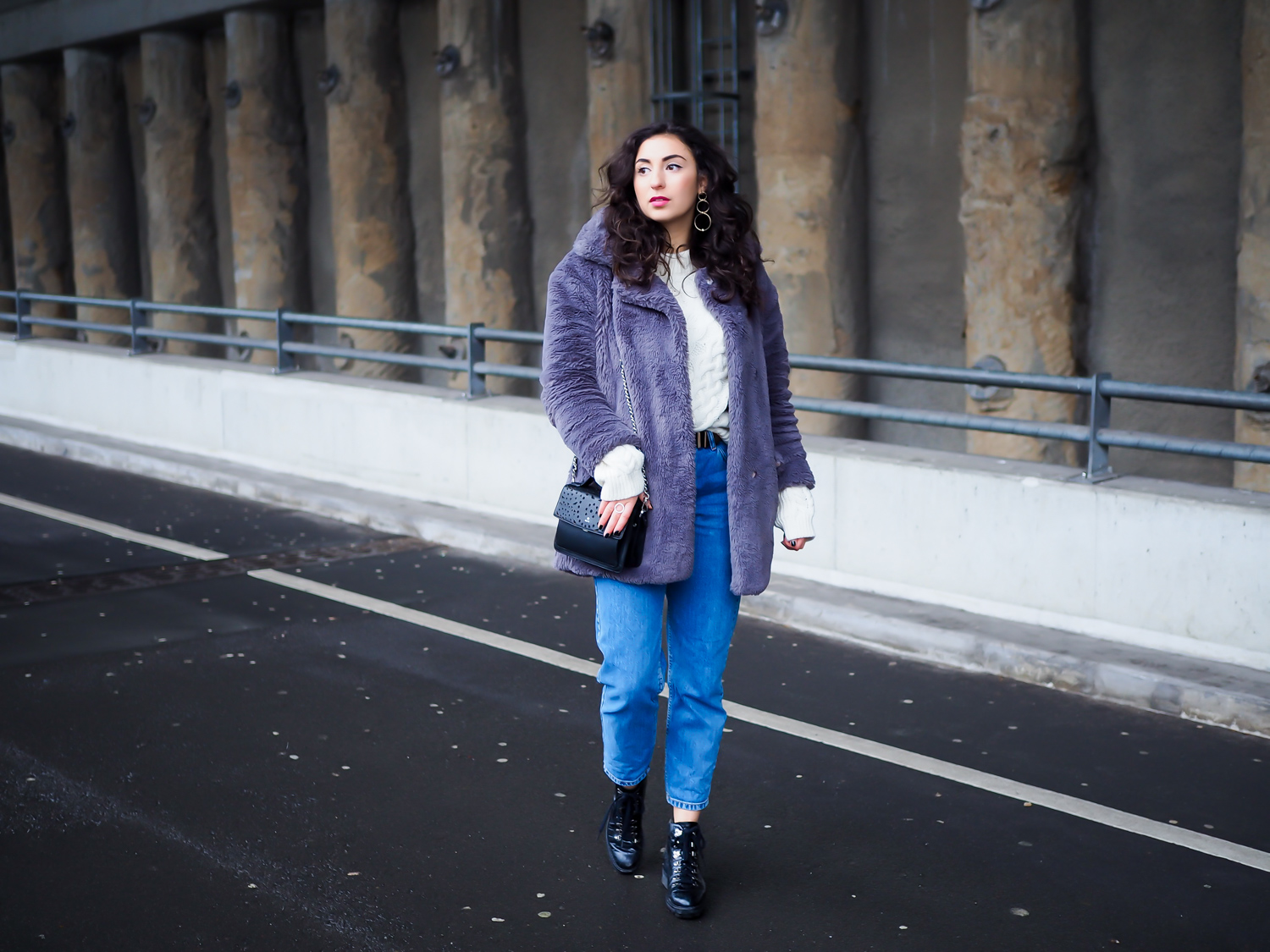 White Turtleneck and Mom Jeans white high neck sweater edited pullover weiß zopfmuster vintage look adax lasercut bag momjeans pull&bear derbe stiefel boots uterque streetstyle berlin blogger deutschland modeblog samieze-2