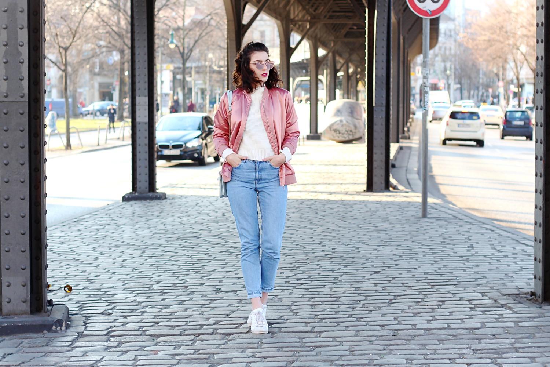 pink bomber mom jeans blouson 90ies look streetstyle berlin samieze blog blogger ivyrevel sweater ally knit white quay all my love rose fold zara bag
