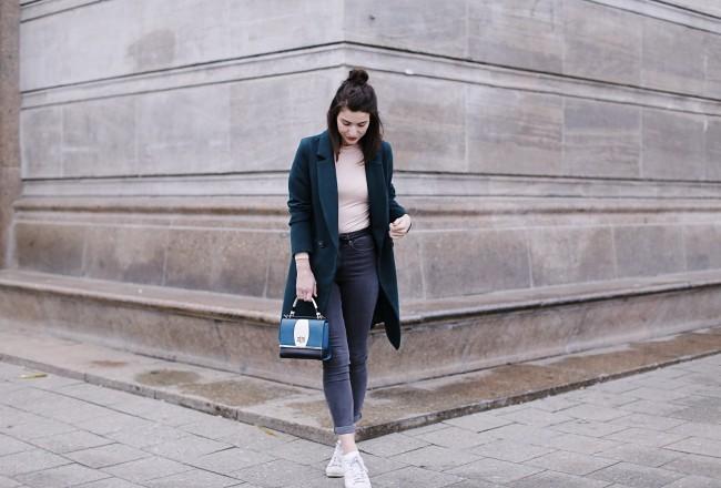 teal coat winter spring streetstyle berlin samieze blog fashion jeans skinny denim look h&m shaping jeans grey body oasis peter kaiser bag sneakers adidas superstar