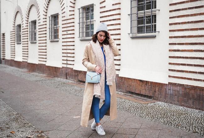 maxi camel coat mint&berry calando asos berlin blogger smiezen streetstyle winter spring look royal blue electric sweater iska skinny jeans adidas superstar zara bag