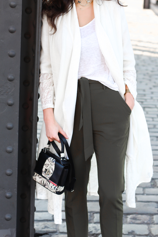 White Coat and Khaki Pants aallaamoda white coat frühlingsmantel cardigan boho white khaki pants edited suit anzughose loafers peter kaiser beige gold frühlingslook berlin casual everyday blogger modeblog berlin samieze