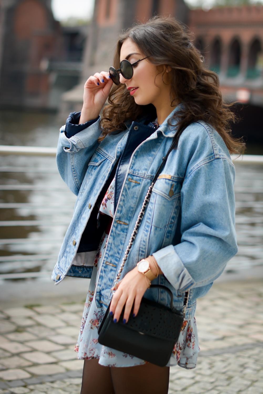 floral dress and denim jacket streetstyle slipons slipper adax bag vintage grunge frühlingslook frühlings outfit fashionblog modeblog fashion blogger germany berlin samieze
