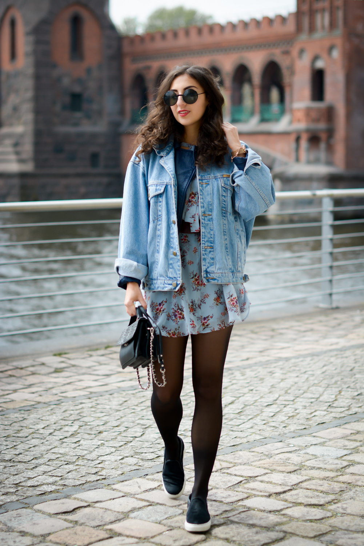 floral dress and denim jacket streetstyle slipons slipper adax bag vintage grunge frühlingslook frühlings outfit fashionblog modeblog fashion blogger germany berlin samieze-3