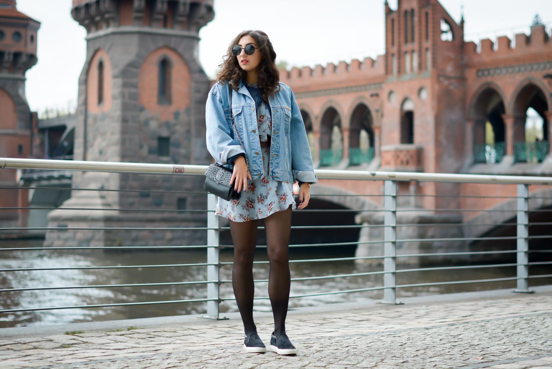 floral dress and denim jacket streetstyle slipons slipper adax bag vintage grunge frühlingslook frühlings outfit fashionblog modeblog fashion blogger germany berlin samieze-6