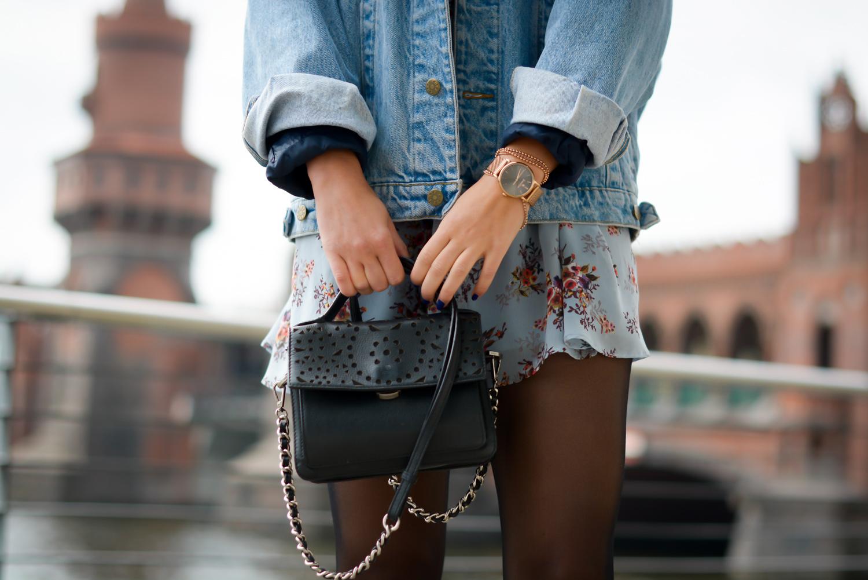 floral dress and denim jacket streetstyle slipons slipper adax bag vintage grunge frühlingslook frühlings outfit fashionblog modeblog fashion blogger germany berlin samieze-8