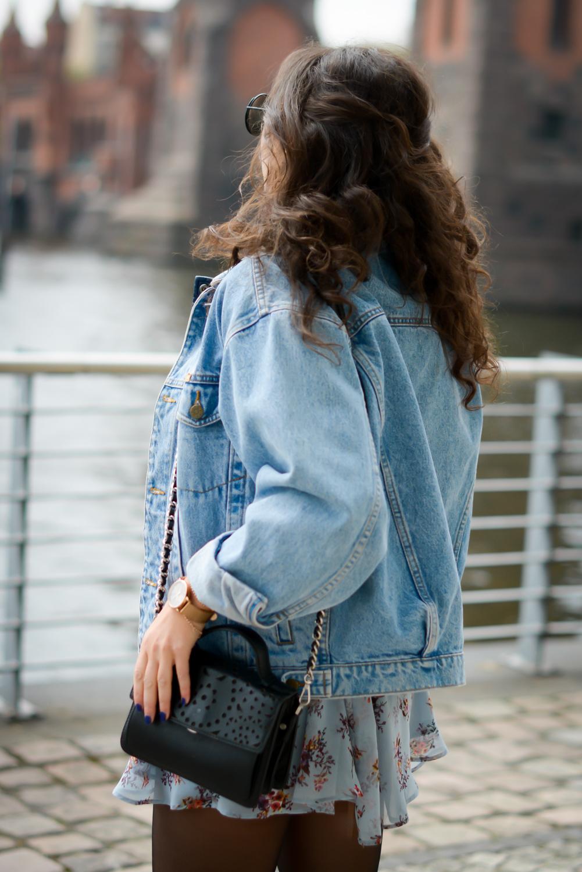 floral dress and denim jacket streetstyle slipons slipper adax bag vintage grunge frühlingslook frühlings outfit fashionblog modeblog fashion blogger germany berlin samieze-9