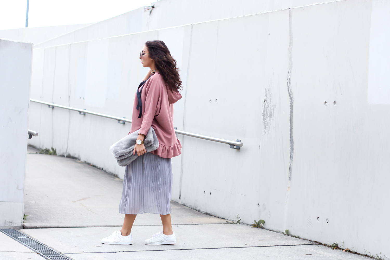 ruffled hoodie reserved oversize streetstyle pilssee midi skirt pleated maxiskirt faltenrock pullover kombinieren sneakers outfit casual sporty summer look berlinstyle fashion blogger germany berlin samieze