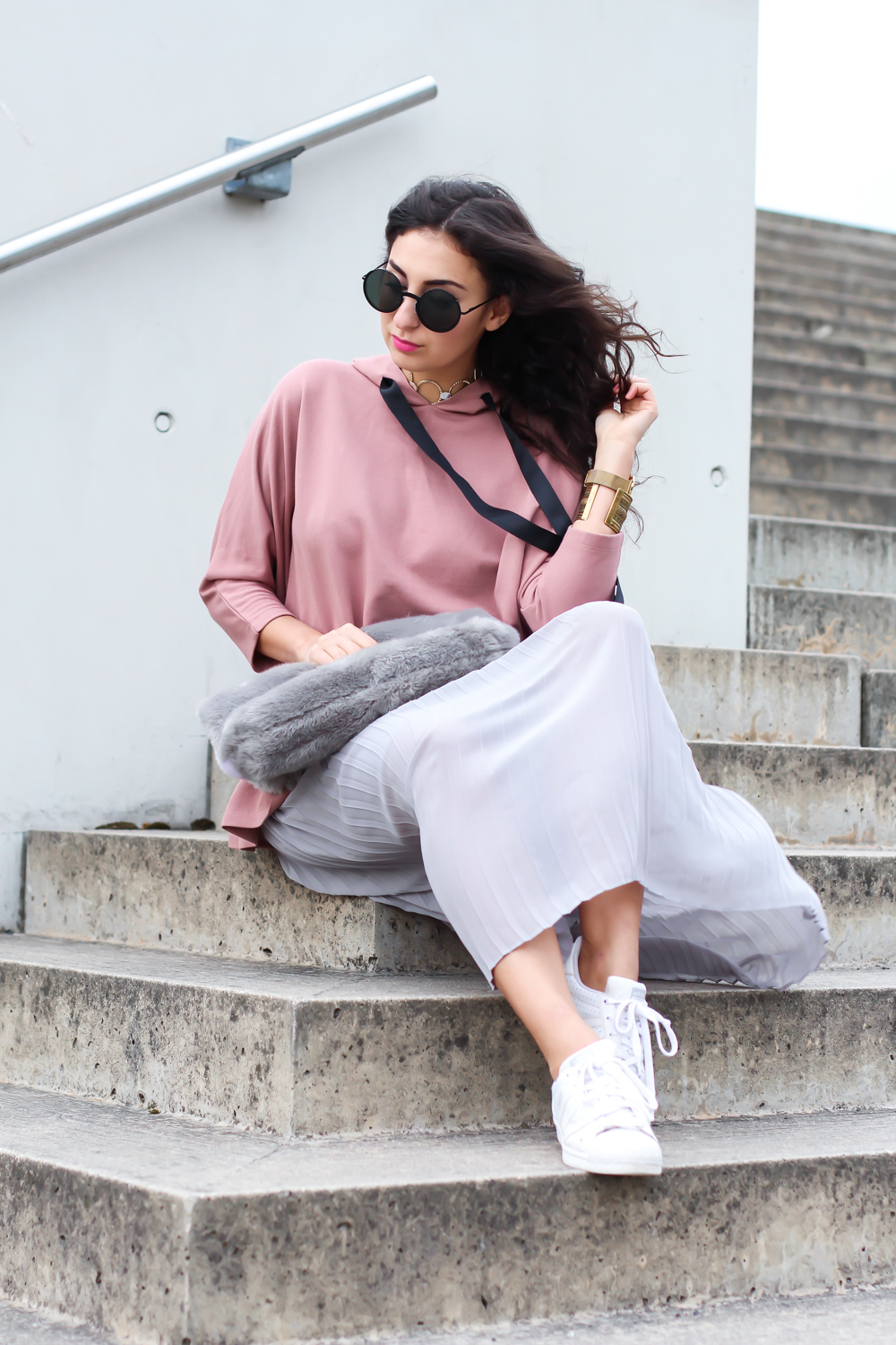 ruffled hoodie reserved oversize streetstyle pilssee midi skirt pleated maxiskirt faltenrock pullover kombinieren sneakers outfit casual sporty summer look berlinstyle fashion blogger germany berlin samieze-12