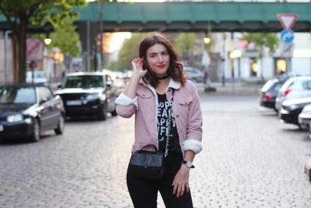skinny black jeans denim fake fur jacket sweater black boots cord jacke pink streetstyle berlin samiezeblog fashion