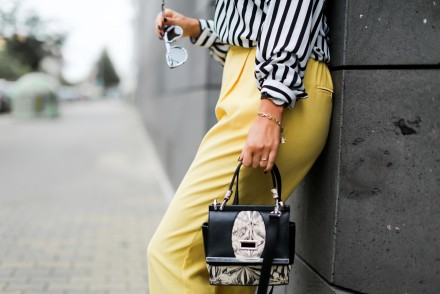 Yellow Suitpants and Sneakers zara suit pants gelber anzug karottenhose styling paperback pants asics gel lyte II woman outfit fashionblogger mode blog samieze berlin_