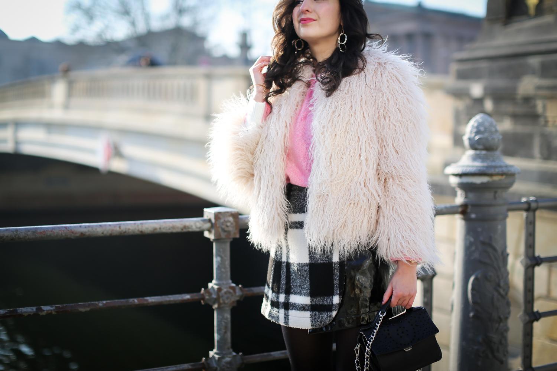 pink sweater checkered mini skirt vinyl miniskirt outfit winterlook chic preppy samieze fashionblogger berlin biker boots fashion blog-3