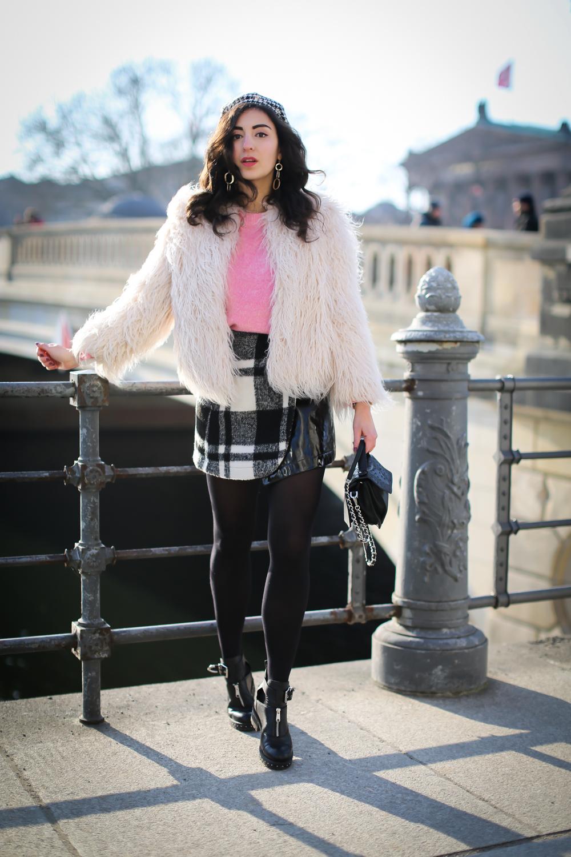 pink sweater checkered mini skirt vinyl miniskirt outfit winterlook chic preppy samieze fashionblogger berlin biker boots fashion blog