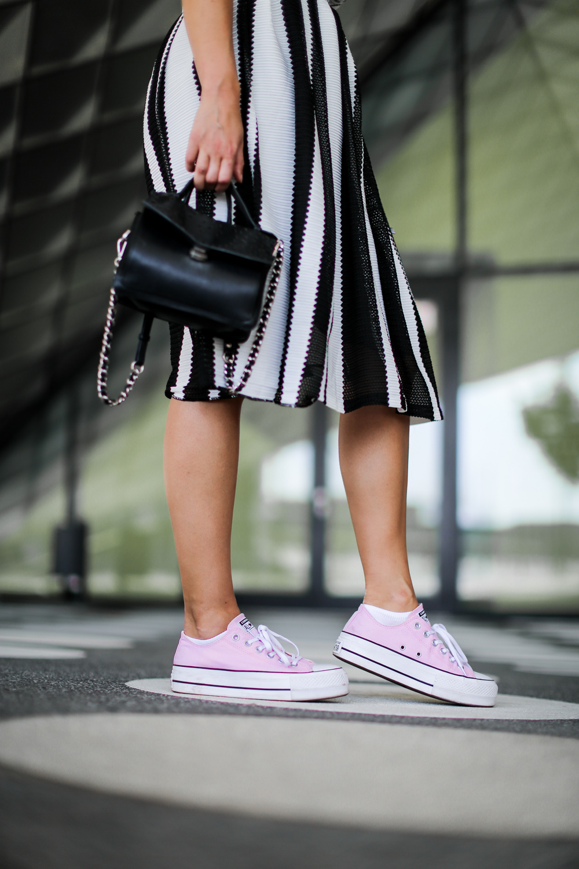 pink plateau converse midi skirt croptop striped midirock chucks kombinieren preppy summer look streetstyle fashion blog modeblog berlin blog samieze