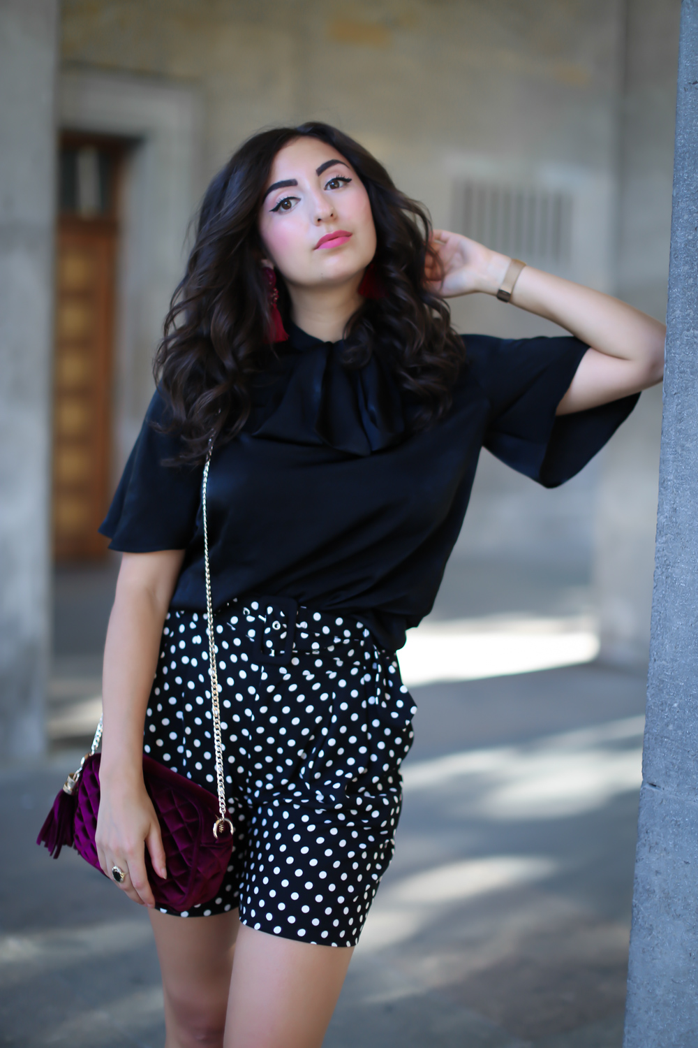 styling dotted print shorts summer evening look highwaist combined bordeaux chic party sommer look streetstyle fashion modeblog berlin blog samieze-7