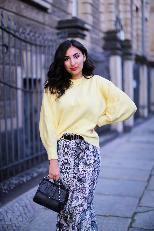 snakeskin midiskirt pencilskirt casual fallstyle sacha pointed boots yellow sweaterstreetstyle fashion modeblog berlin blog samieze