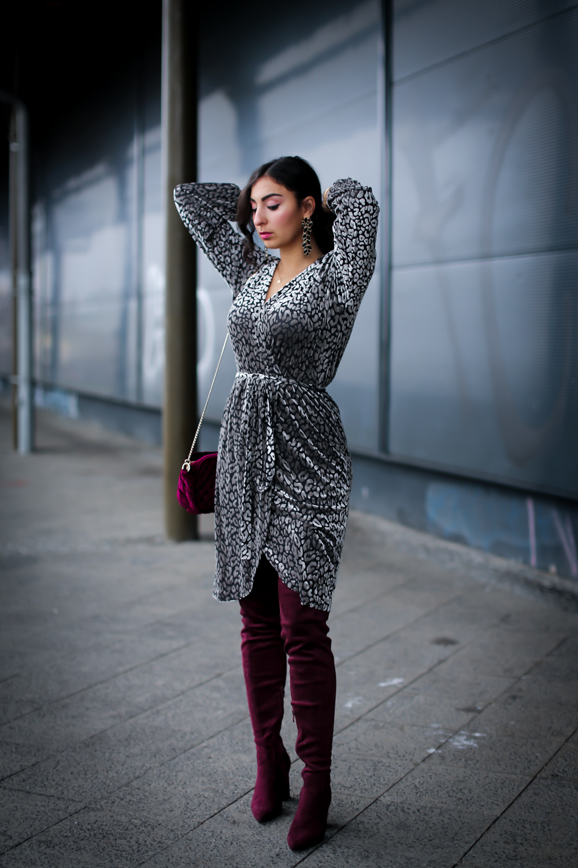 christmas look festive style 2018 velvet wrap dress leoprint loavies overknees outfit winter look streetstyle fashion modeblog berlin blog samieze