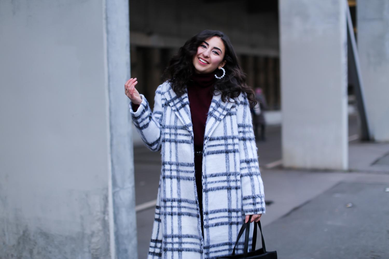 white coat outfit nakd oversize mantel burgundy knit dress overknees winter looke-39